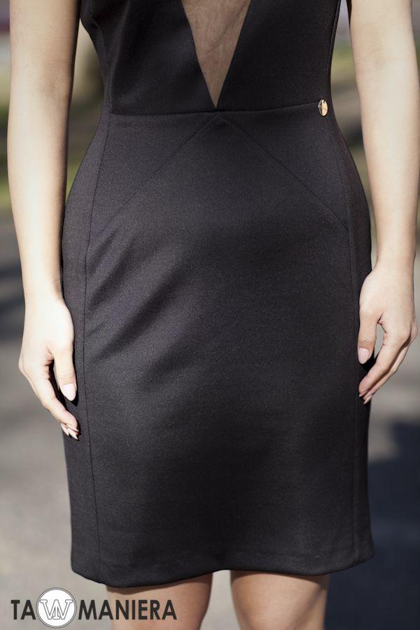 Sukienka z trójkątnym dekoltem z siateczki.  #sukienka #małaczarna #czarna #dekolt #klasyczna #moda #elegancka #styl #moda #przyjęcie #fashion