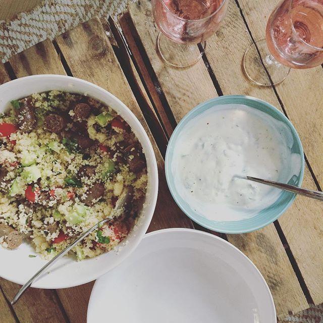 Mmmmm.. Dit at Laura gister als avondeten. Couscous met komkommer, tomaat, munt, koriander, limoen, worstjes en yoghurt saus! ❤️