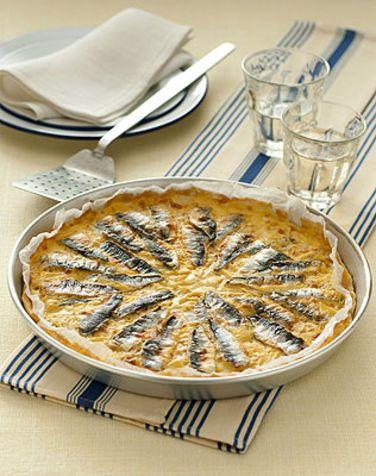 Farinata con acciughe e pecorino La farinata di ceci è una torta salata molto bassa, preparata con farina di ceci, acqua, sale e olio
