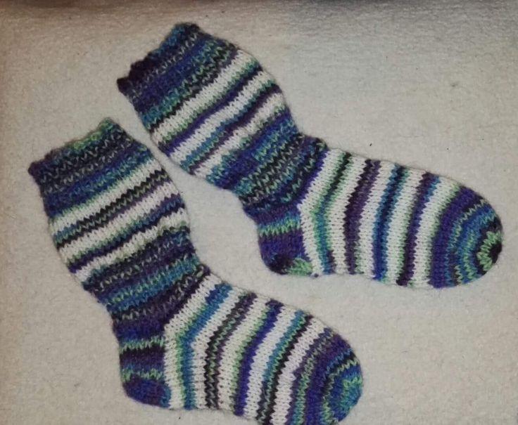 Pikkuruiset sukat pian vuoden ikäiselle, Novita Nalle & Nalle Taika, ohje Novitan pitkävartiset sukat vauvalle.