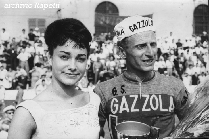 Angela Brambati, futura bellissima voce dei Ricchi e Poveri, non ancora famosa, premia il vincitore del GdA 1964 Franco Cribiori