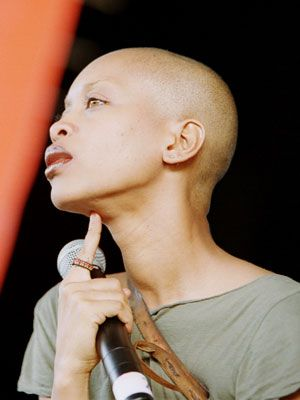 Der Typ female bald shaved redlite she