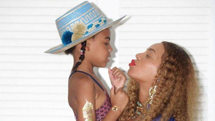 Ach wie niedlich! Beyoncé Knowles (35) ist aktuell mit Zwillingen schwanger und setzt ihre riesige Baby-Kugel ständig gekonnt in Szene. Ob in Jeans oder auf dem Red Carpet  der werdenden Dreifach-Mami steht die Schwangerschaft einfach super. Jetzt legt die Sängerin noch mal Kohlen ins Feuer: Beys Tochter Blue Ivy macht es sich kurzerhand auf ihrem Baby-Bauch bequem.   Source: http://ift.tt/2qJjrhM  Subscribe: http://ift.tt/2rsPuH0 Familienglück! Blue Ivy chillt auf Beyoncés Baby-Bauch