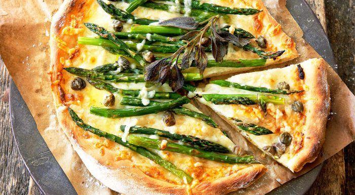 Grön sparrispizza