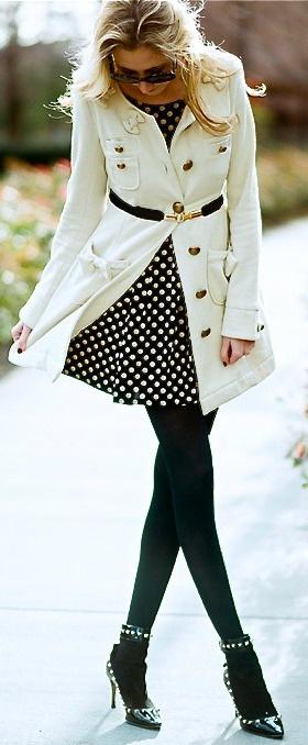 Casaco combinado com vestido de poá e meia calça preta. Mais do que elegante!