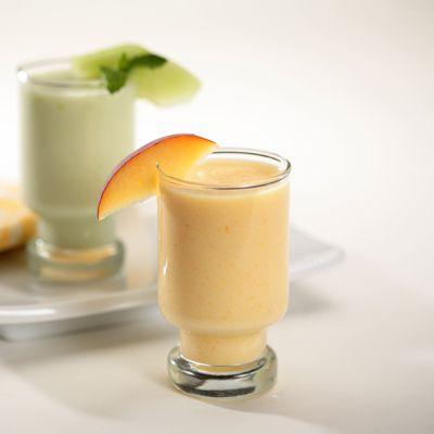 Licuado de Durazno y Naranja – Duraznos + Jugo de Naranja + La Lechera Nestlé + una licuadora = Este refrescante y delicioso licuado. ¡El refresco perfecto para los largos días de verano!