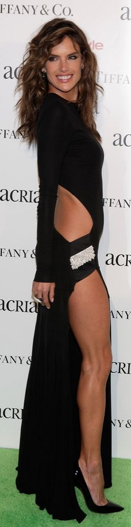 Alessandra Ambrosio Showed a Lot of Leg in Alexandre Vauthier!!