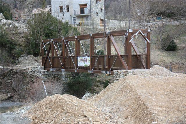 Puente peatonal de aproximadamente dos metros de ancho que salva, en un vano, una luz de más de 18 metros. #construccion #madera #arquitectura