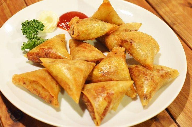 サモサという料理をご存知でしょうか?サモサはインドの軽食で、小麦粉と塩と水で作った薄い皮で、じゃがいも、玉ねぎ、ひき肉、香辛料などで作った具材を包んで揚げたものです。今回は本場インドのサモサをアレンジした、外はパリパリ、中はもちもちの中野のダイニングバーでも人気のサモサの作り方をご紹介します。
