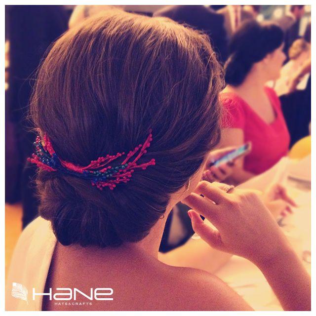 Lady HANE con un #peinecillo que evoca a un ramillete de coral para asistir a una #boda de tarde.