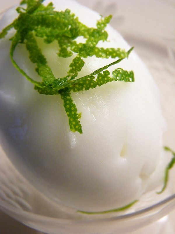 Recept På Limesorbet. Enkelt och gott. Glassmaskiner är oumbärliga eftersom de håller glassmeten i konstant rörelse medan den fryses. På detta sätt undviks iskristaller. Den här sorbeten har en helt fantastisk konsistens och smak. Den är uppfriskande och lagom söt och blir en riktigt läskande törstsläckare för varma sommardagar. Sorbeten är även väldigt god att kombinera med marinerade jordgubbar. Då får man en lätt och frisk dessert som passar utmärkt efter en kväll med libanesisk mat och…