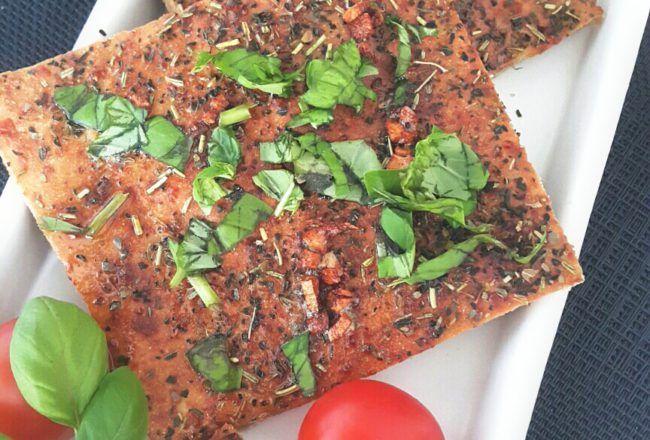 Heute gibt es ein Low Carb Pizzabrot. Dieses Pizzabrot ist ab der erweiterten Phase der Stoffwechselkur geeignet. Es kann sehr gut auch kalt gegessen werden
