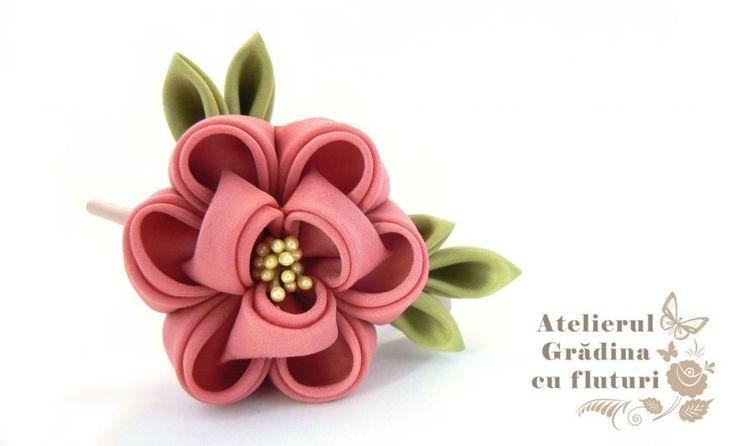 Floare de bujor din mătase roz pe clamă mare de păr