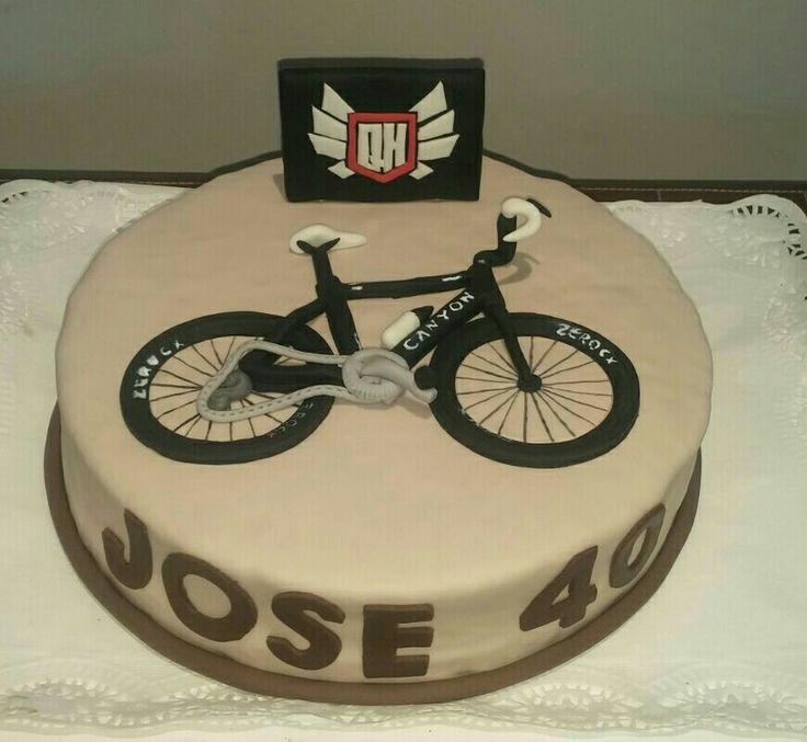 Tarta con la bici en relieve del cumpleañero y el escudo de su peña!