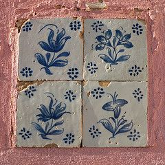 pink stucco with blue and white tiles, what could be better!