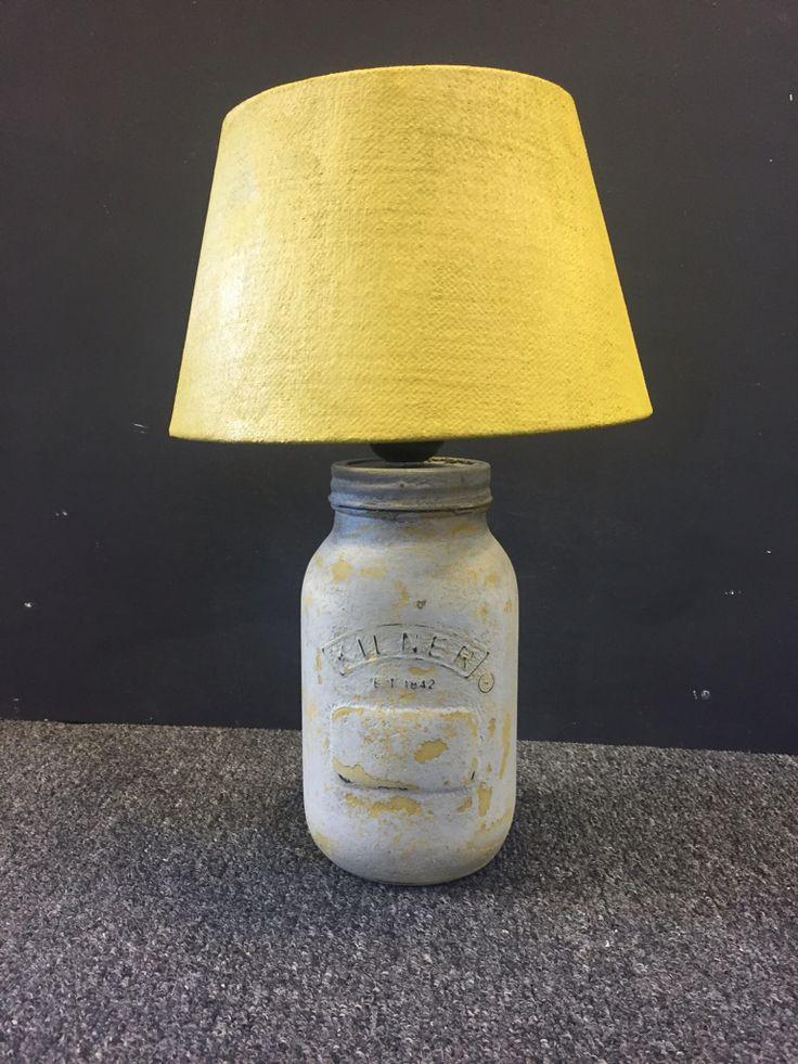 Dubbelleven lamp, gemaakt van en lege verf jar van dubbelleven en een oude lampenkap. De jar is bewerkt met chalkpaint en vintage Powder. De kap geschilderd met chalkpaint.