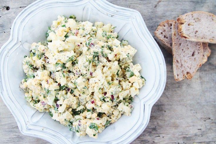 Eigenlijk nog steeds altijd goed: de klassieke eiersalade. Dit heerlijke recept komt van Mirjam van de fijne blogVeggie very much. Kook 8 eieren tot ze hard zijn. Dat doe je zo: zet een pan met koud water op met daarin 1 theelepel zout en doe de eieren daarin. Breng aan de kook en zet je …