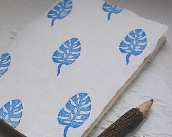 Lino originale stampa effettuata utilizzando uno dei miei propri disegni. Tiratura limitata. Stampate a mano e tirata a mano. Acqua-base inchiostro nero su carta priva di acidi. Montaggio incluso. Formato A4. Io lavoro stagionalmente, così il mio processo coinvolge andare allaperto e raccolta di piante e fiori o fotografarli. Faccio quindi studi di sketchbook prima di produrre un disegno semplificato di linea sul lino pronto per il taglio. Stampe sono pubblicate in una confezione robusta…