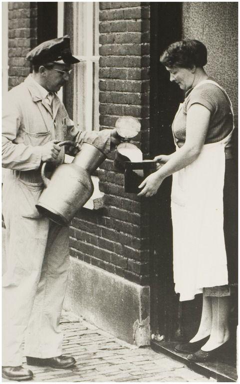 errit van de Reek (zoon van Gijs). Melkventer bij Hemepro. Geboren 21-12-1923 Helmond, overleden 5-4-1977 Helmond  Auteur: niet vermeld