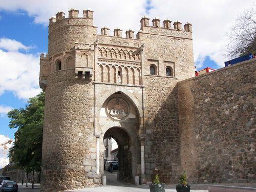 Puerta del Sol, Toledo. Es una puerta situada en la localidad española de Toledo. Tiene un estilo mudéjar y fue construida para dar acceso a la ciudad amurallada