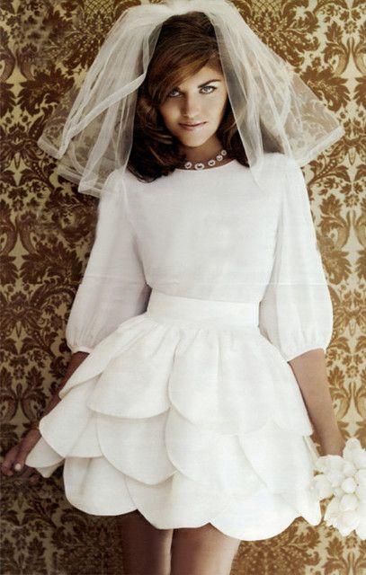 Robe de mariée courte, taille marquée, 3 couches de pétales de tissus sur la jupe.