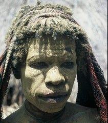 Papua Když někdo zemře Daniské ženy potřou svá těla hlinkou.