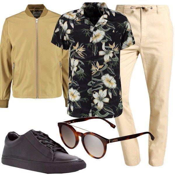 I pantaloni beige chiaro sono morbidi e con la vita alta e chiusa da laccetto. L'abbiniamo ad una camicia nera a fiori colorati con le maniche corte e il colletto con i revers e al giubbino beige in tessuto impermeabile dal taglio aderente chiuso da zip. Ai piedi sneakers in pelle nera con allacciatura con stringhe. Per finire occhiali da sole con montatura marrone e lenti sfumate grigie.