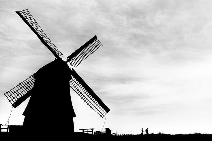 Een echte Hollandse trouwfoto, met molen en al!  #bruidsfoto #bruiloft #trouwen #fotoshoot #molen #windmill #silhouet #silhouette #blackandwhite #zwartwit #weddingphoto #trouwtrendy  www.trouwtrendy.nl