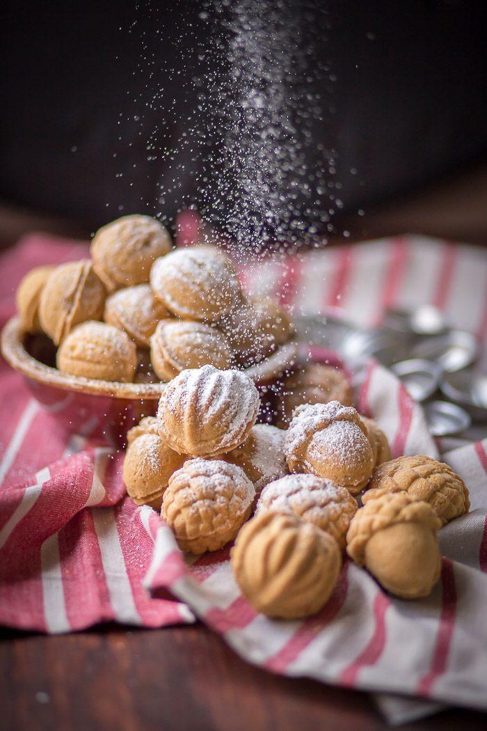 Nogal Galletas en forma de w / dulce de leche Relleno - galletas de navidad tradicionales que los adultos y los niños les encanta!  Trate de ellos por ti mismo!  por dejar que el bicarbonato de comenzar!