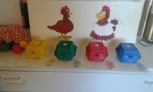 Ze moen het juiste kleur van eieren in het juiste kleur eierdoos doen en juis het zelfde met een het kuikentje