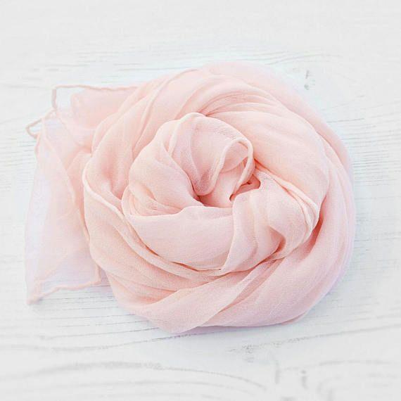 Sieh dir dieses Produkt an in meinem Etsy-Shop https://www.etsy.com/de/listing/508392606/nackte-rosa-seide-schal-hand-neutral