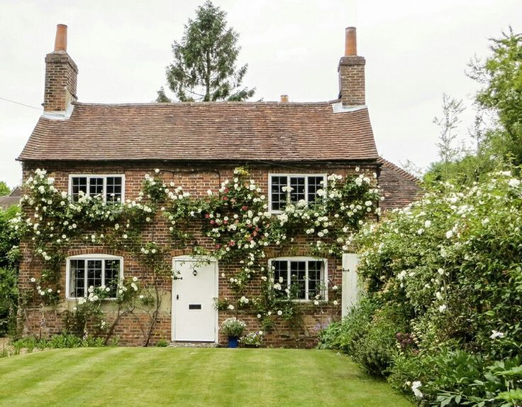 English Country Cottage With Climbing Roses Roses Rosegarden Englishcountry Cottage Countryco Cottage Exterior English Cottage Style Country Cottage Decor