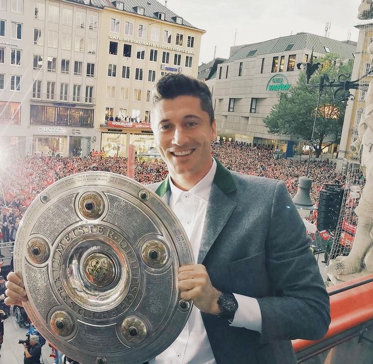 "350.6k Likes, 848 Comments - Robert Lewandowski (@_rl9) on Instagram: ""It's a fantastic feeling to stand  again on this balcony! This is also for you - for all our fans!…"""