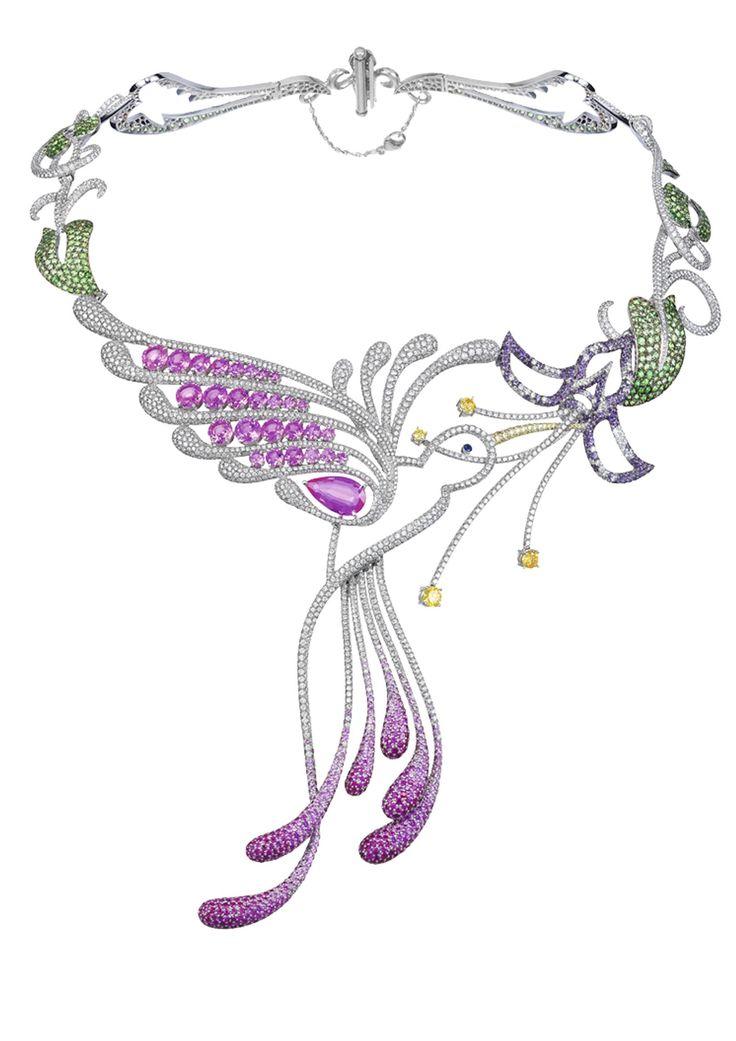 Sur un collier floral et végétal serti de pierres précieuses, un colibri en diamants et saphirs roses s'abreuvant du nectar d'une fleur.