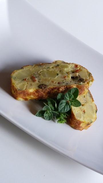 Frittata con caciocavallo, patate, pomodori secchi e pinoli tostati.