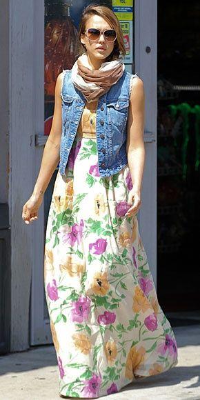 JESSICA ALBA    La actriz escogió el atuendo perfecto para una tarde primaveral de domingo: un vestido maxi con estampado floral, chaleco de mezclilla y una bufanda. Así lució durante una fiesta de Pascua en Oxnard, CA, a la que llevó a sus hijas, Haven y Honor Marie.: