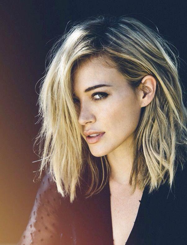 Cheveux froissés décolorés + carré long = le bon mix (Hilary Duff par Harper Smith)