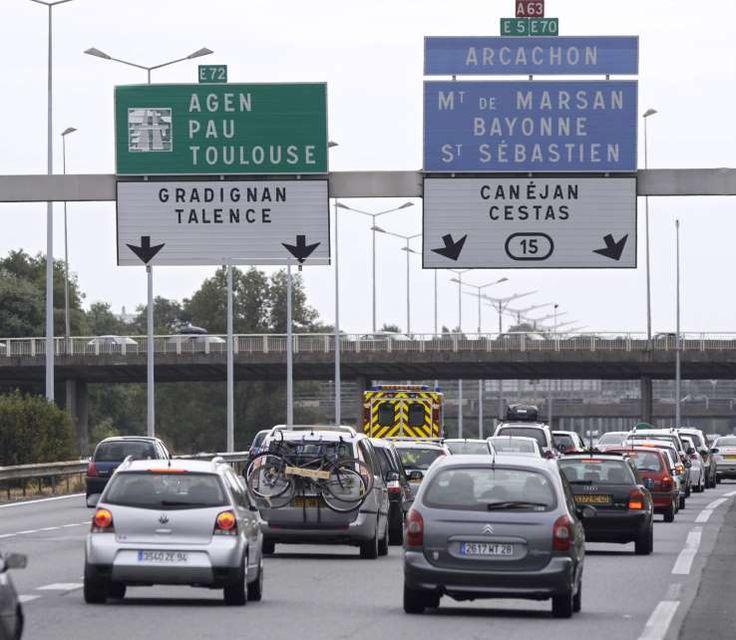 Ce sont les caméras de vidéo-surveillance qui ont alerté les forces de l'ordre. Une cycliste russe n'avait visiblement pas compris que l'autoroute était interdite aux vélos, rapporte ce samedi Le Dauphiné Libéré. Là, entre les voitures et les camions, cette cycliste a pédalé pendant plus de 10 kilomètres sur la bande d'arrêt d'urgence et la voie lente de l'autoroute entre Grenoble et Valence. Les gendarmes du peloton d'autoroute, avertis, n'ont eu ...