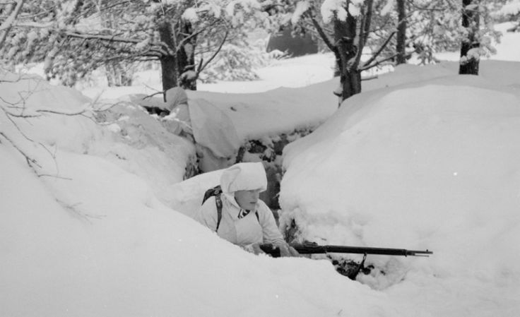 Un chasseur à ski en position de tir dans le nord de la Finlande, en janvier 1940.