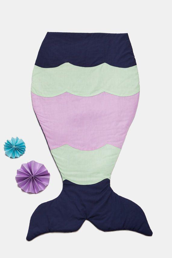 Mermaid tail blanket - Couette / Sac de couchage sirène - (Mini Couette : https://www.etsy.com/ca/shop/MiniCouette)