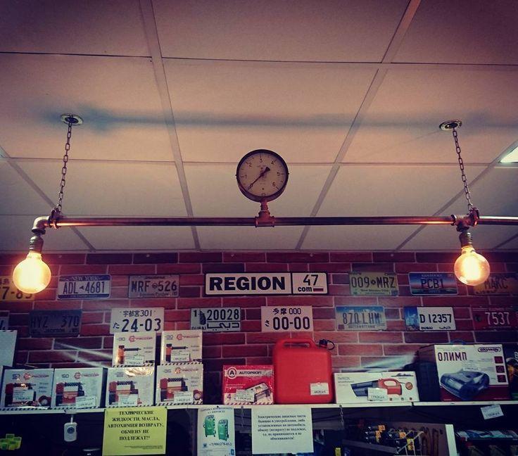 Интерьер магазина автозапчастей region47.com . Трубы и фитинги сантехнические металл, покрашены краской KUDO цвет медь. Лампы накаливания ретро.