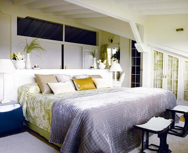Zona del dormitorio principal en toile de jouy en verde...algunos complementos en terciopelo verde les da un aire muy fresco!!