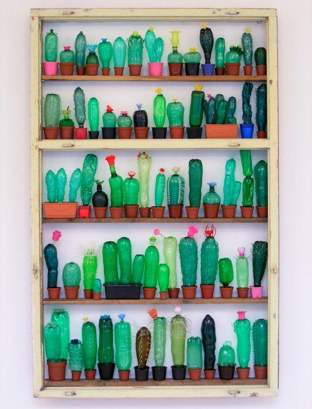 plastic-cactussen-2 De Tsjechische kunstenaar Veronika Richterová maakt van plastic flessen, door ze te snijden, verwarmen en op verschillende manieren te assembleren, deze kleurrijke doorschijnende sculpturen. Het gaat zelfs zo ver, dat ze in de afgelopen jaren meer dan 3.000 plastic flessen verzamelde uit 76 verschillende landen. Zo wil ze de geschiedenis en het gebruik van plastic laten zien.