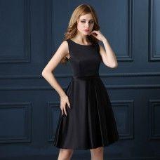Robe de cocktail pas cher simple en satin noir avec col rond sans manches jupe longueur genoux