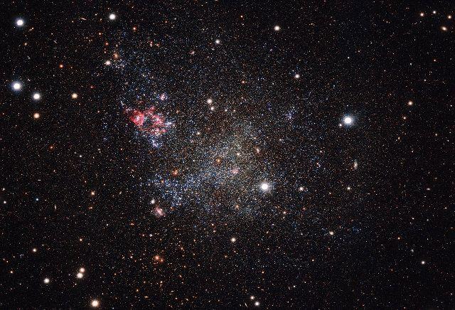 La macchina fotografica OmegaCAM montata sul VST (VLT Survey Telescope) dell'ESO è stata utilizzata per scattare una fotografia della galassia nana IC 1613. Leggi i dettagli nell'articolo!