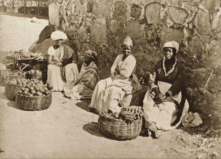 10 raras fotografias de escravos brasileiros feitas 150 anos atrás | História Ilustrada - Quitandeiras em rua do Rio de Janeiro, 1875 (Marc Ferrez/Acervo Instituto Moreira Salles).