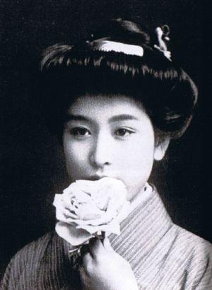「二百三高地髷」。1905年頃。二百三高地髷(にひゃくさんこうちまげ)は、日露戦争後に日本で流行した髪形で、前髪を張り出すとともに頭頂部に束ねた髪を高くまとめていた。当時普及し始めていた洋装にも合う髪型として生み出され、流行した。