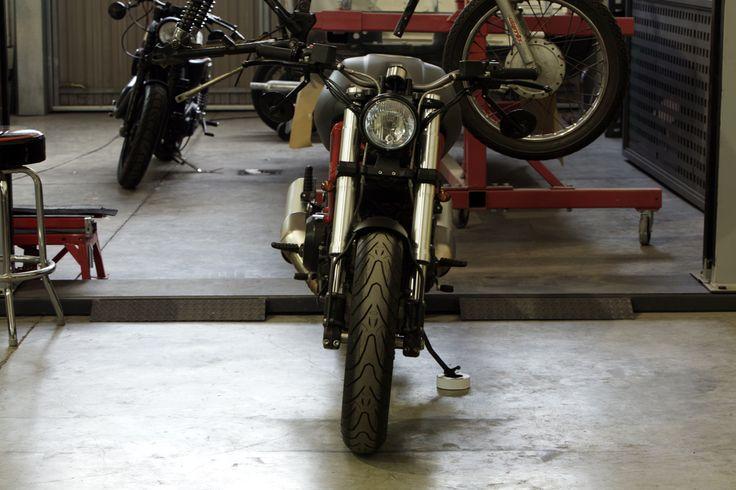 Partiendo desde el respeto por este modelo y lo que significa en la historia de la moto moderna, hemos pretendido pulir ciertos fallos que ...