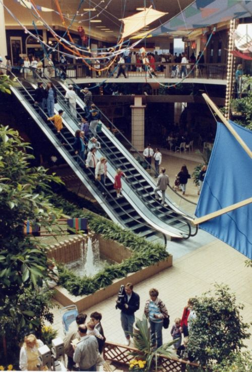 How Rolling Acres mall looked like when it was thriving.