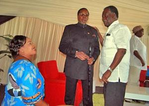 Des années d'incidents diplomatiques entre le Malawi et la Zambie ont culminé récemment en un don de cinq millions de litres de carburant de la Zambie au Malawi.Le don était soi-disant motivé par les funérailles de l'ancien président du Malawi,Bingu wa Mutharika[fr], décédé le 5 avril 2012 d'un infarctus.Les querelles politiques qui ont précédé ce geste composent cependant une toile de fond complexe.